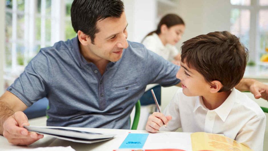 Padre ayudando hijo con tareas escolares 1 e1516815684637